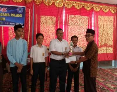 Kepala SMP N 8 Adrisman Damir, selaku pengurus MKKS, menyerahkan piala pada para pemenang lomba pada Jumat (17/6).