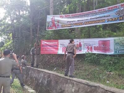 Spanduk balon kepala daerah diamankan petugas Satpol PP Kota Payakumbuh.