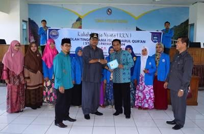 Bupati Limapuluh Kota Irfendi Arbi melakukan serah-terima mahasiswa KKN Payakumbuh di Aula Kantor Bupati Sarilamak, Kamis (2/6).