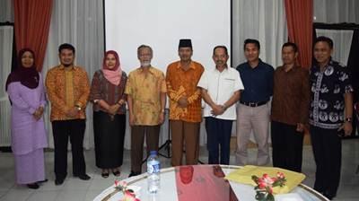 Bupati Limapuluh Kota Irfendi Arbi erfoto bersama Tim Evaluasi Kinerja Pembangunan 34 Provinsi (EKPD) Provinsi Sumatera Barat, Jumat (17/6).