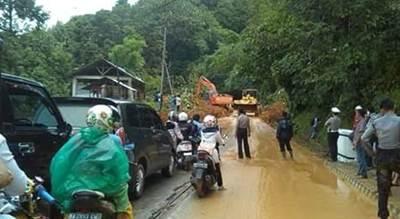 Penanganan dampak banjir Padang.