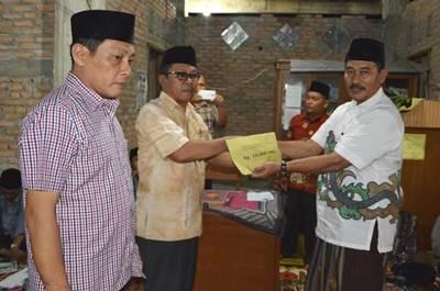 Asisten I Vidal Triza menyerahkan bantuan bagi Masjid Mardhatillah sebesar 15 juta rupiah.