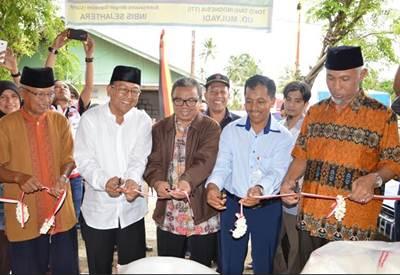 Walikota Padang memotong pita di TTI UD Mulyadi di Kampung Tanjung, kelurahan Gunung Sarik, Kecamatan Kuranji, Padang, Sabtu (18/6).