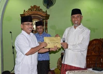 Walikota Padang menyerahkan bantuan kepada pengurus masjid, Iswandi Muchtar, Jumat (17/6).