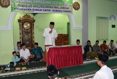 Walikota Padang saat bersafari Ramadhan ke Masjid Ahlussunnah Waljamaah di Sungai Sapih, Kuranji, Jumat (17/6).