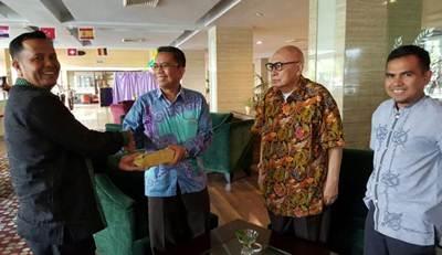 Walikota Payakumbuh diwakili Kabag Kesra Davitra bersama Staf Khusus Walikota Chandra, menyerahkan bantuan 50 juta untuk rakyat Palestina, melalui KNRP Sumbar Caca di Padang, Sabtu (18/6).