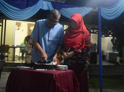 Walikota Payakumbuh Riza Falepi memotong kue ulang tahun yang ke 46 didampingi istri tercinta, Dr Hj  Henny Yunita Zubir,  Jumat (17/6).