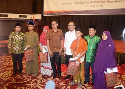 Wakil Bupati Limapuluh Kota Ferizal Ridwan berfoto bersama usai kunjungan kerja di Kota Padang, Jumat (17/6) malam.
