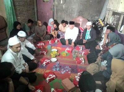 """Padang, PADANG-TODAY.com-Walikota Padang bersama Tim """"Singgah Sahur"""" Pemko Padang kembali menyinggahi rumah Ujang, keluarga mustahik, Senin (20/6)."""