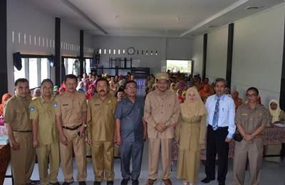 Bupati Lima Puluh Kota Irfendi Arbi membuka acara Pemberdayaan Guru SD se-Kabupaten Lima Puluh Kota dalam Bidang Penelitian Pendidikan di Shago Bungsu 2 Lubuak Tingkok Kecamatan Harau, Selasa (21/6).