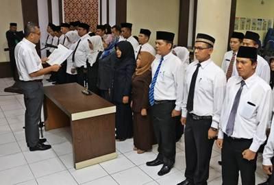 Walikota Payakumbuh Riza Falepi saat melantik 39 pejabat di lingkungan Pemko, Kamis (23/6).