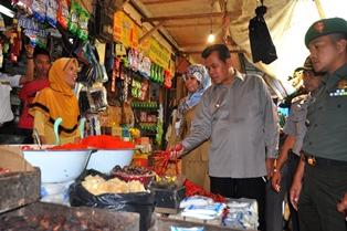 wako berdialog dengan pedagang dalam memantau harga kebutuhan pokok di pasar pariaman