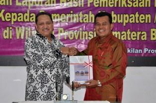 Walikota Mukhlis Rahman menerima laporan pemeriksaan dari BPK yang mendapat opini wtp