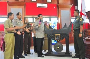 wako sesaat sebelum pemukulan gong tanda dicanangkannya TNI KB kes tk kota pariaman