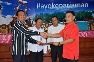 wakil walikota pariaman Genius Umar menyerahkan daftar nama mahasiswa UNAND yang akan KKN PPM di Kota Pariaman (foto/humas)