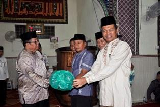wawako, Genius Umar dan sekda serta pengurus mesjid raya jati menerima bantuan dari sekda prov sumbar-1
