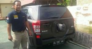 Salah Satu Petugas Polres Pariaman berfoto bersama mobil yang dibobol maling