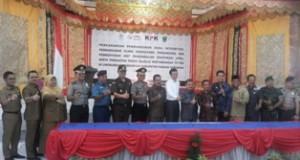 Bupati Ali Mukhni menandatangi naskah pembangunan Pencanangan Pembangunan Zona Integritas, Klinik Konsultansi Pengawasan, Pembentukan Unit Pengendalian Gratifikasi (UPG) serta Penguatan Peran Majelis Pertimbangan Tuntutan Perbendaharaan dan Tuntutan Ganti Rugi (MP-TPTGR) disaksikan pejabat dari Kemenpan dan RB, Ombudsman, BPKP Sumbar dan SKPD di Aula Saikyo Sakato, Senin (25/7).