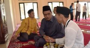 Bupati Irfendi Arbi memberikan bantuan untuk Imam Masjid Surau Godang Kunci Loyang Sarilamak, Senin 4 Juli 2016-