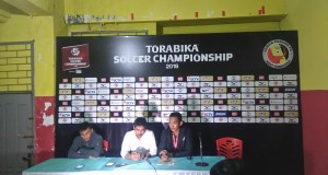 Pelatih Kepada Semen Padang Nilmaizar didampingi pencetak dua gol Semen Padang, memberikan keterangan kepada media.
