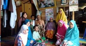 Dewi Novita bersama Purna Praja STPDN Angkatan 11 membantu keluarga Yanti. Diharapkan bantuan dari para Muslimin lainnya.