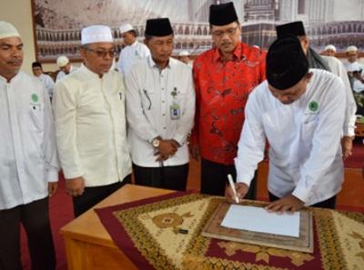IPHI Center - Ketua IPHI Limapuluh Kota, Ketua Pembangunan Gedung H Saiful SP, Kakankemenag H Gusman Piliang MM, Bupati Irfendi Arbi MP, menyaksikan pendatangan prasasti