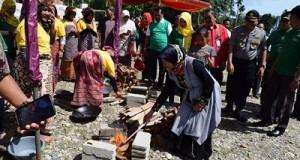 Ketua GOW Kabupaten Limapuluh Kota Ny. Eka Ferizal Ridwan menghidupkan api pertama tungku peserta festival randang Bilis Asam.