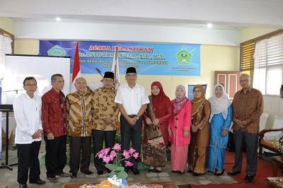 Ketua STTP, Dr Astuti foto bersama dengan Walikota Riza Falepi dan Ketua DPRD YB. Dt. Parmato Alam, usai pelantikan, Rabu.