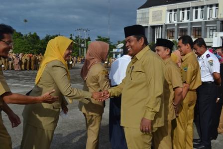 Wakil Bupati Padangpariaman Suhatribur berjabat tangan dengan ASN dilingkungan Pemkab Padangpariaman (foto/humas)
