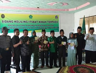 Wakil Bupati Limapuluh Kota, Ferizal Ridwan, bersama para pasangan suami-istri yang mengikuti prosesi Sidang Itsbat di Kantor Wali Nagari Ampalu, Lareh Sago Halaban, Kamis (21/7) siang.