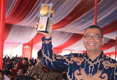 Walikota Payakumbuh Riza Falepi mengangkat piala Adipura