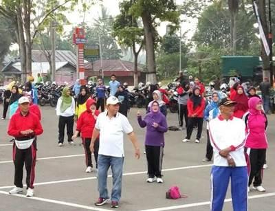 senam aerobic dan senam jantung sehat di pelataran parkir Medan nan Bapaneh Payakumbuh.