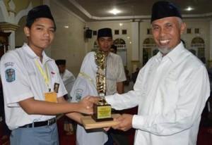 Walikota Padang H Mahyeldi Dt Marajo memberikan hadiah kegiatan Pesantren Ramadhan 1437 H.