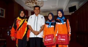 wako berfoto bersama 3 peserta jumbara pmr nasional asal kota pariaman