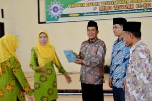 wako menerima bingkisan dari ketua PDA kota pariaman trimurti ilyas