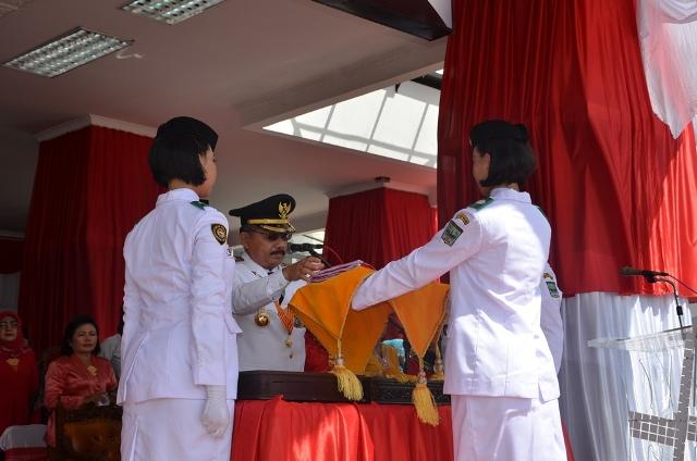 Bupati Ali Mukhni Ketika Menyerahkan Bendera Merah Putih Kepada Paskibra Pada Upacara Detik-detik Proklamasi 17-08-2016 HUT RI ke 71 di IKK Parit Malintang