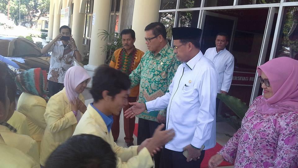 Rektor UNP, Prof. Ganefri didampingi Prof. Syahrial menyalami mahasiswa UNP yang akan tampil di Pimnas ke-29 di IPB, Jawa Barat, Jumat (5/8).