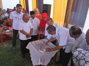 Wako Riza Falepi menandatangani prasasti peresmian gedung SLB Yayasan Peduli Anak Bangsa Payakumbuh di Kelurahan Tiakar, Rabu