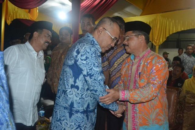 Drs. Ali Mukhni Bersalaman Dengan Gubernur Riau Pada Saat Halal Bihalal PKDP Pekan Baru Riau