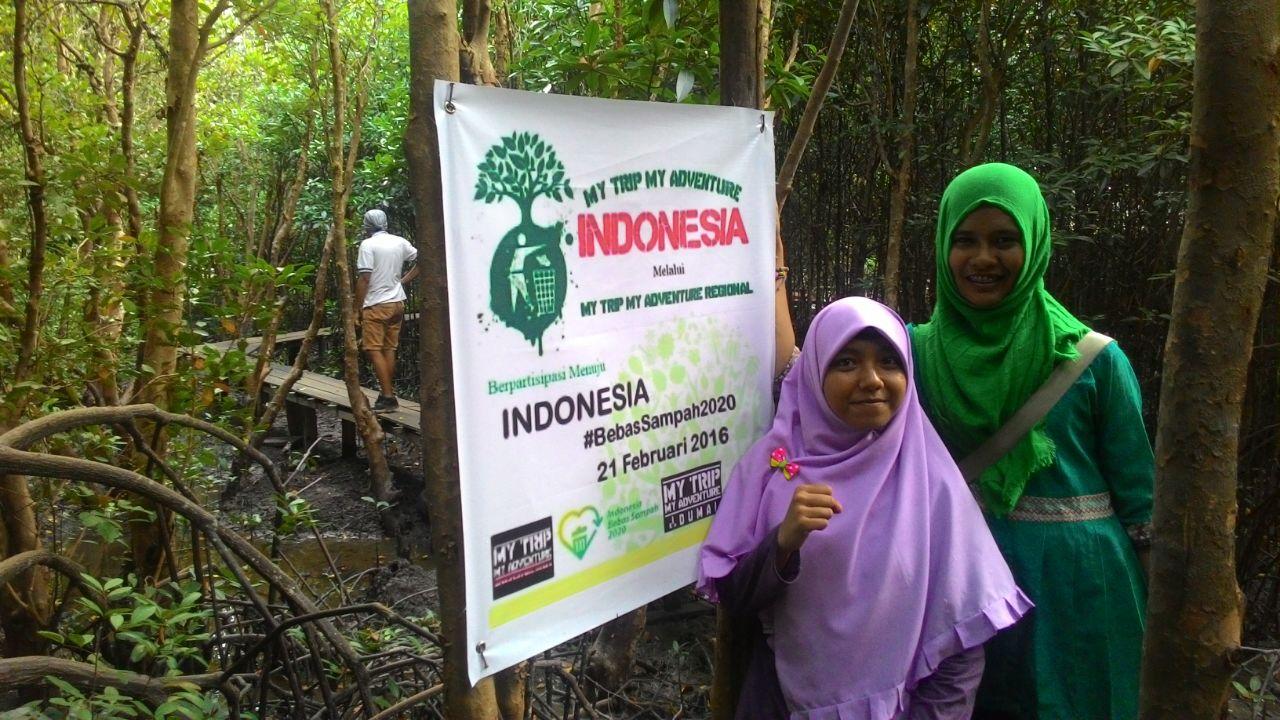 Dua pengunjung mahasiswa Riau lainnya berada di kawasan Bandar Bakau, Dumai.