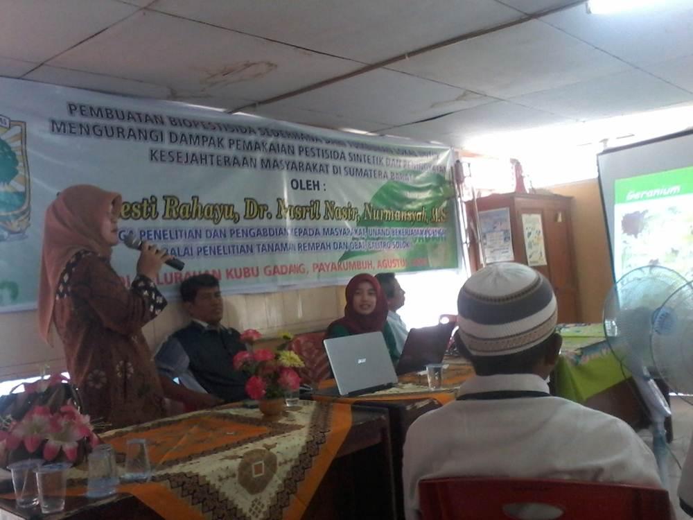 Resti Rahayu, peneliti UNAND yang menjelaskan manfaat biopestisida kepada puluhan petani, Selasa.