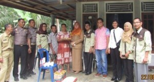 Kepala Dinas Sosial bersama LK3 Padangpariaman menyerahkan bantuan kepada pihak keluarga korban kekerasan terhadap anak dibawah umur, Senin 22-08-2016