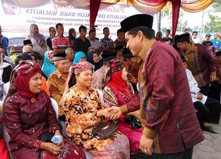 Pasangan bakal calon Walikota dan Wakil Walikota Wendra Yunaldi-Ennaidi saat konferensi di Media Center KPU Payakumbuh.