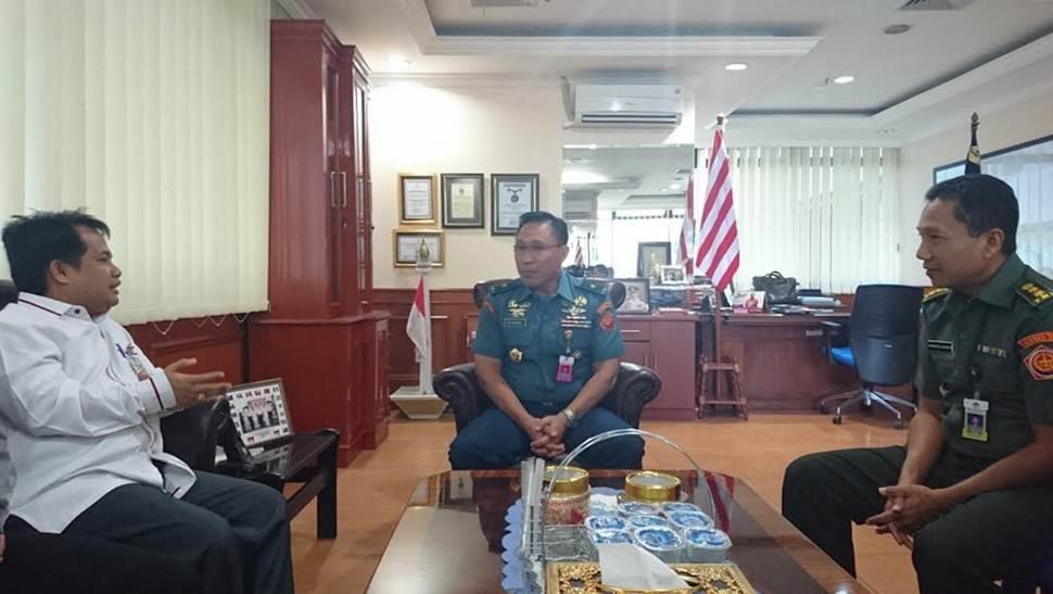 Wakil Bupati Ferizal Ridwan (kiri) tengah berdiskusi dengan Direktur Bela Negara Ditjen Pothan Kemetrian Pertahanan RI Laksamana Pertama TNI M Faisal (tengah) di Kantor Kementerian Pertahanan Jakarta Pusat, beberapa waktu lalu.