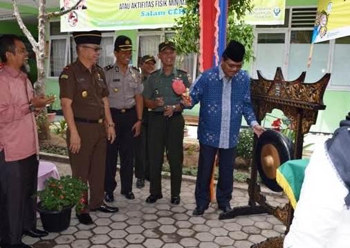 Bupati Limapuluh Kota Irfendi Arbi memukul gong menandai pencanangan Bhakti TNI KB Kes