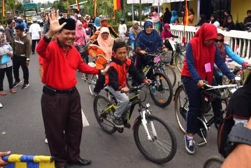 Bupati Limapuluh Kota Irfendi Arbi melepas peserta sepeda santai di Jorong Balai Talang Kenagarian Guguak VIII Koto Kecamatan Guguak, Minggu (14/8).