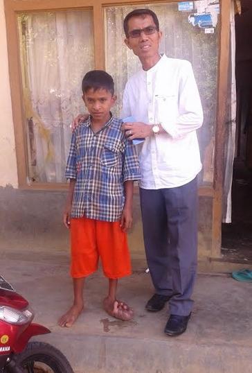 Syukur Azila,  Bocah miskin penderita tumor di kaki, saat ditemui Wali Nagari Sikabukabu Tanjuang Haro Padang Panjang, Maskar M Dt Pobo, usai dibuatkan rekening khusus untuk menggalang donasi kebutuhan operasi.
