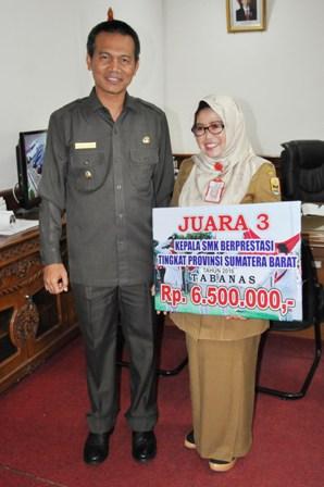 Wakil Walikota Pariaman Genius Umar Berfoto Bersama Dengan Kepsek SMK N 2 (foto/humas)