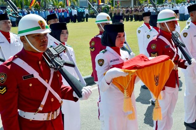 pembawa bendera merah putih yang akan dikibarkan di balaikota pariaman