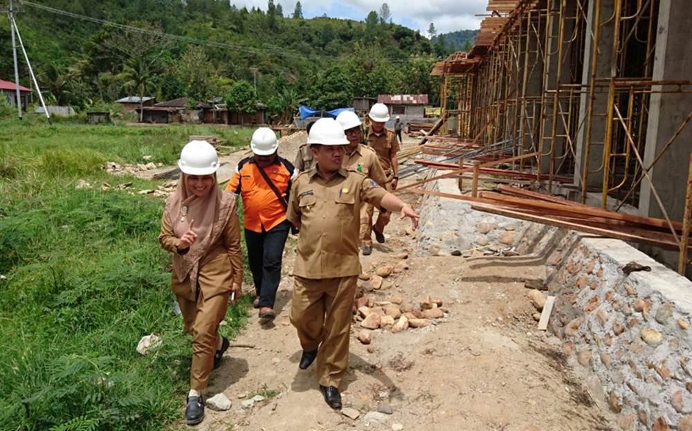 Wakil Bupati Ferizal Ridwan bersama Direktur RSUD Ahmad Darwis tinjau pembangunan gedung pelayanan rawat inap poliklinik.